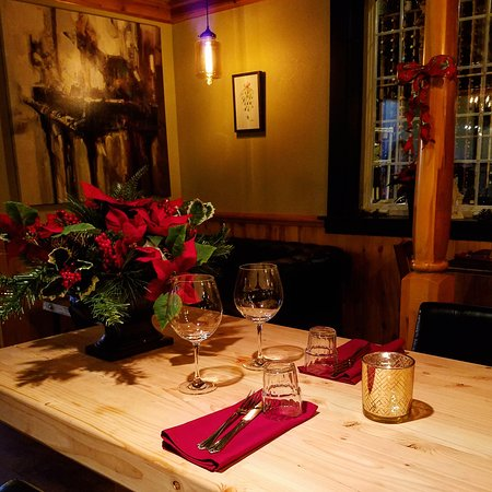 Mozart's Steakhouse: Large wood table that can seat up to 20