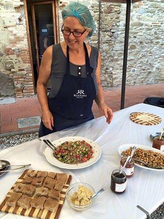 Borgo San Lorenzo, Italia: Anna al buffet dell'aperitivo naturale
