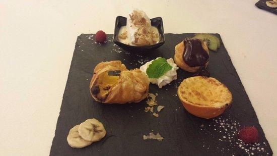 Le Coudray Montceaux, Γαλλία: Assiette de desserts.