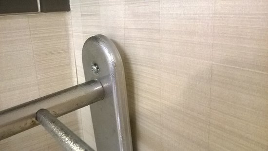 Executive Hotel Vintage Park: a poorly/dangerously mounted towel rack