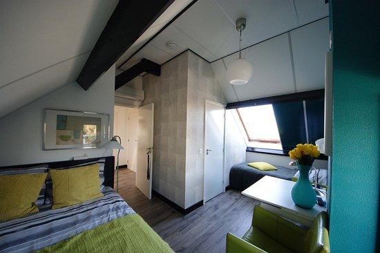 Maasland, Nederland: kamer met twee aparte bedden en eigen sanitair