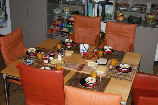 Maasland, Nederland: een heerlijk ontbijt aan gedekte tafel