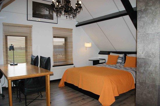 Maasland, Nederland: kleine familiekamer met 3 bedden en zicht op polder ook eigen badkamer