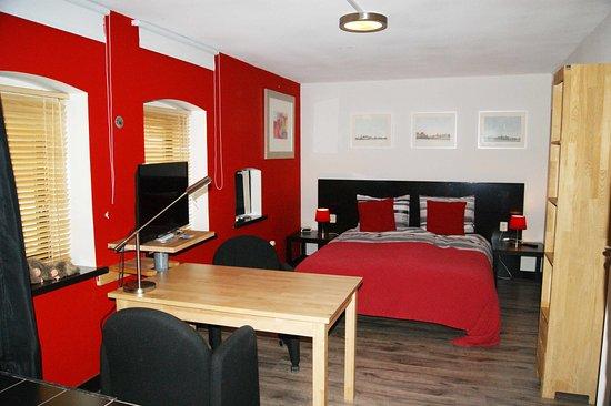 Maasland, The Netherlands: de rode kamer met open badkamer en ligbad