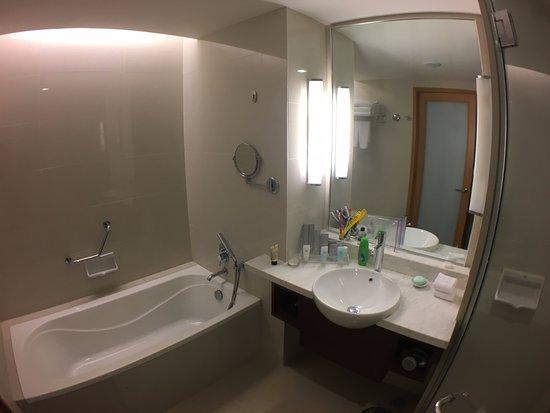 Bayan Lepas, Μαλαισία: Premier Room bathroom