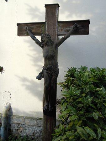 Le Bourget, France: Jésus en croix dans la cour du presbytère