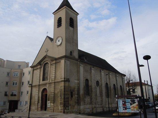 Le Bourget, France: Latéral droit de l'église