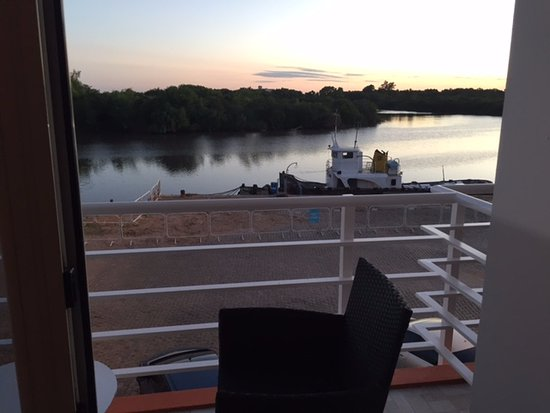 Los Muelles Boutique Hotel: View of balcony looking over river at sunset