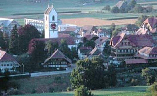 Sumiswald, Schweiz: Dorf Ansicht mit Hotel und Kirche