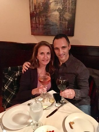 Lynbrook, Estado de Nueva York: Displaying the HUGE glasses of wine.