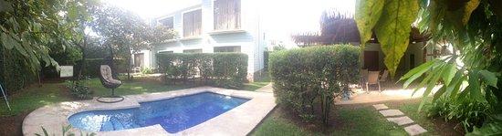 Santa Ana, Costa Rica: Jardines y piscina, la piscina es pequeña pero muy acogedor para pasar el día