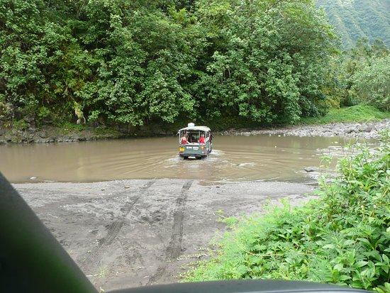 Arue, Polinesia Prancis: la première voiture passe le gué