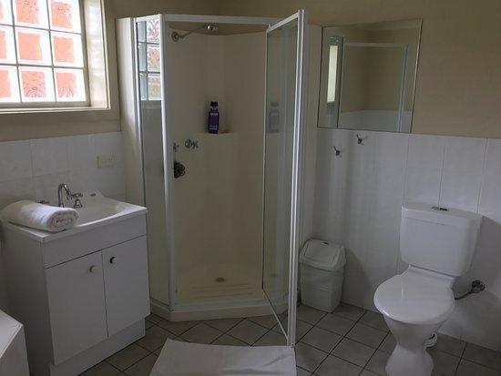 Heritage House Motel & Units: großes Bad mit SPA-Wanne und Dusche