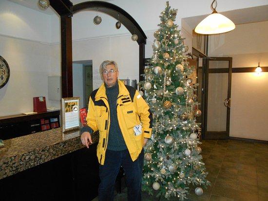 Hotel St. Barbara: Julgranen vid incheckningsdisken efter första advent.
