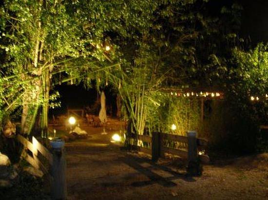 Monclar-de-Quercy, Γαλλία: accès à la terrasse d'été