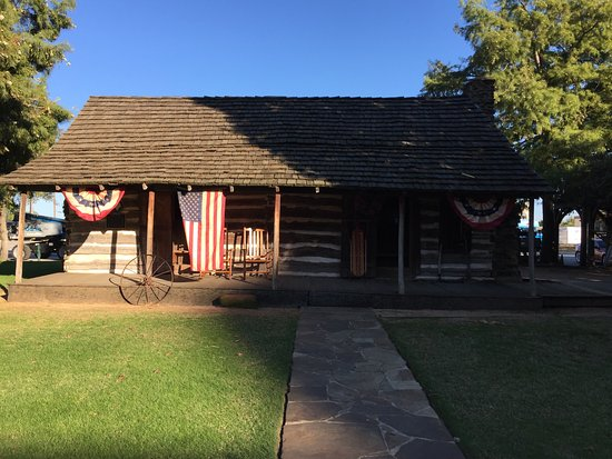 """Grapevine, Teksas: The """"Torian"""" log cabin was moved from four miles away and is a piece of local history."""
