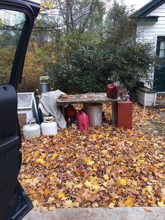 Stanley, VA: Between both cottages/parking area