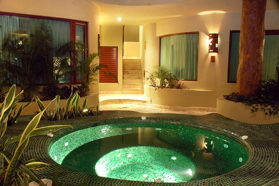 Maya Villa Condo Hotel & Beach Club: Our gorgeous jacuzzi by night