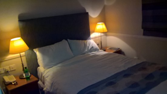 Falfield, UK: the two pillows gives away the size of the bed, yet i was told my bed was bigger than a standard
