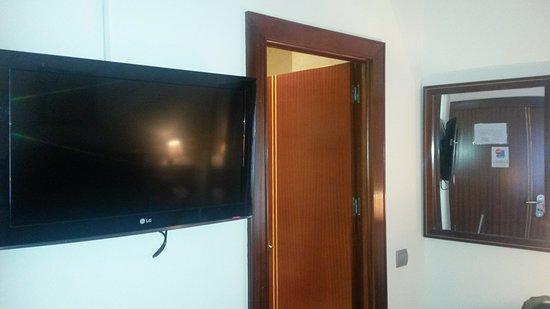 Tv y entrada cuarto de aseo - Picture of Hotel Gran Legazpi ...