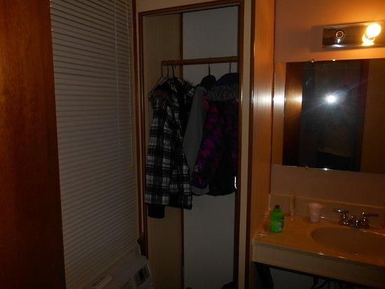 Ridge Top Motel & Campground: Closet no door even