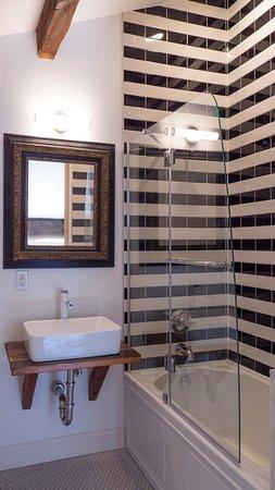 Kingston, NY: Gorgeous tiled bath in the Erden king room