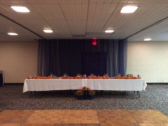 Emporia, Канзас: Head Table w/ Dance floor