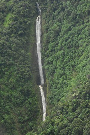 Waikoloa, Havaí: Falls in the rain forest. Aerial view