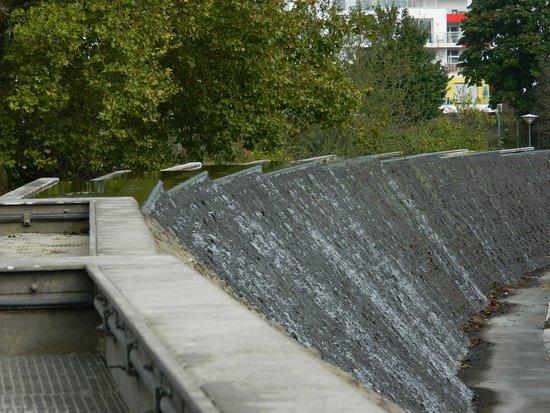 Muro del Agua y su estanque - Picture of Le Jardin des Deux Rives ...