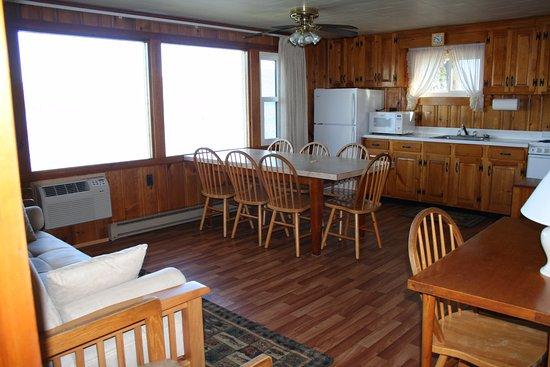 Bolton Landing, Estado de Nueva York: Kitchen / living room of Three bedroom lakeside cottage (H)