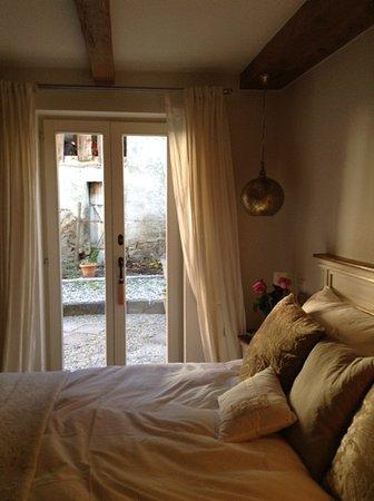 Aux Bons Matins de Capella: J'ai apprécié les attentions (chandelles, fleurs, produits) de la chambre la TANNA