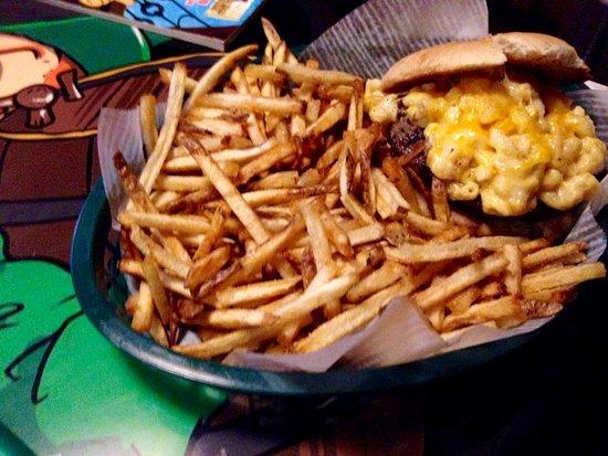 Akron, NY: Mac n' cheese burger