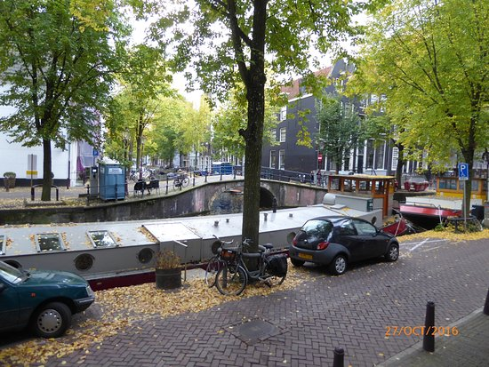 Amsterdam Canal Apartments: The view from our front door