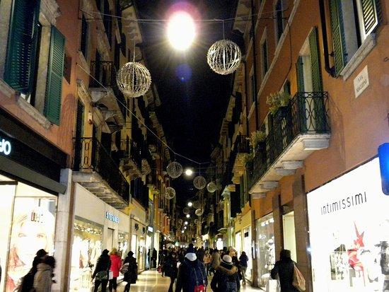Negozzi Abbigliamento Via Mazzini Verona: Bella via ricca di negozi