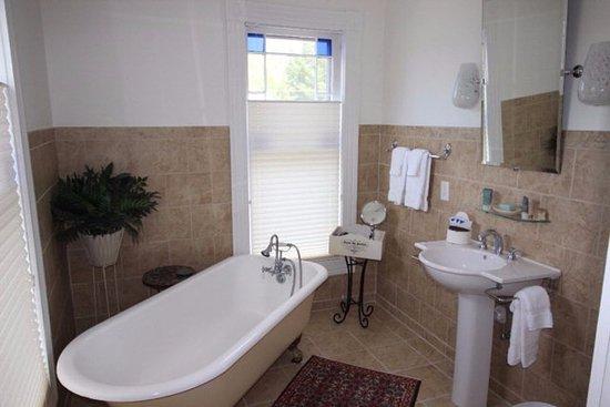 Onancock, VA: Provence bathroom