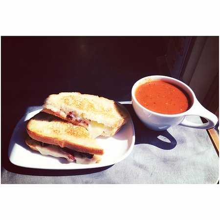 Keene Valley, Nowy Jork: Grown up grilled cheese and tomato soup. What else says winter?