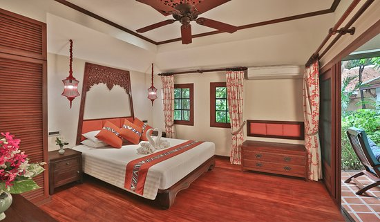 Poppies Samui: Plenty of windows, warm colors and a relaxing environment