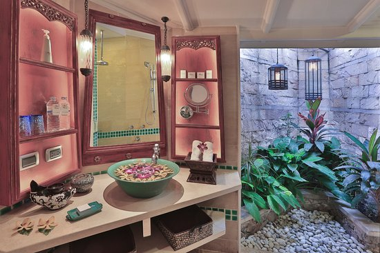 Poppies Samui: Very special bathrooms with sunken tubs, and a screened in open air space