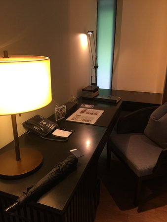Capella Singapore: Work station in room