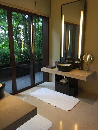 Capella Singapore: Dual wash basin in bathroom