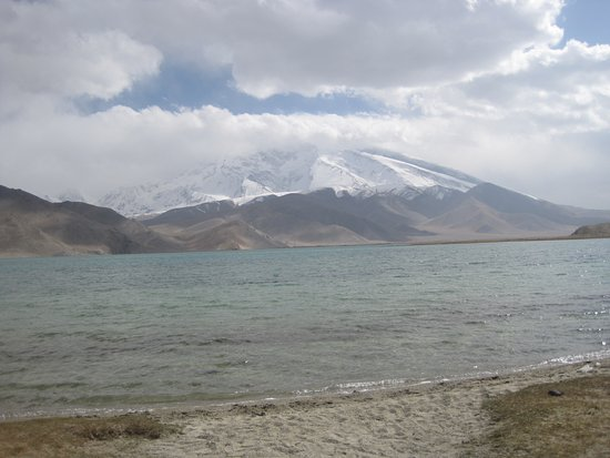 Kashi, Kina: Karakul Lake. Glacier lake with amazing mountains in the background.