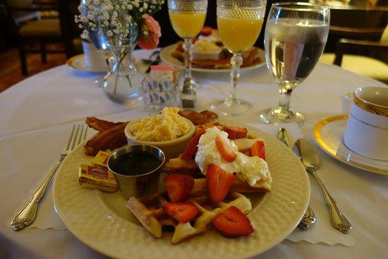 Anchuca Historic Mansion & Inn: Breakfast