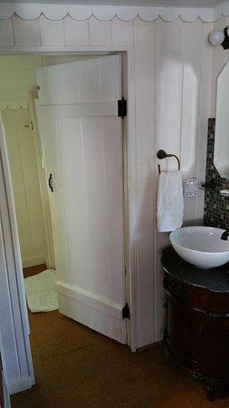 Laurel Springs Lodge B&B: Laurel Springs Lodge - Paradise bedroom (sink and bathroom door))