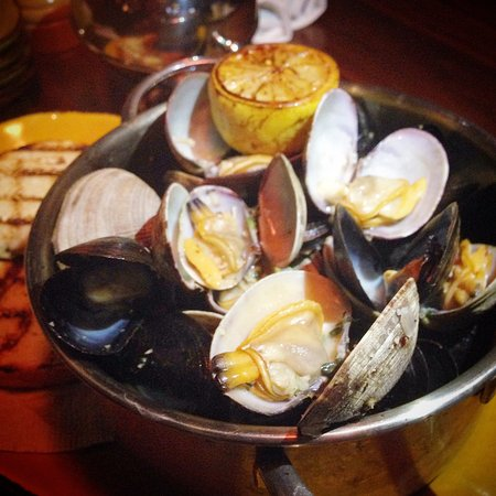 Brea, CA: Prince Edward Island Mussels and Manila Clams