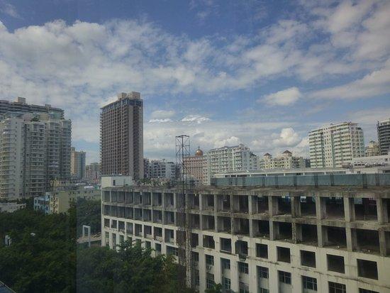 Sanya Pearl River Garden Hotel: Вид из номера с 7 этажа на заброшенное недостроенное здание