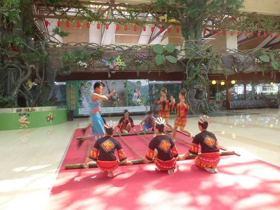Sanya, China: Представление народных танцев в павильоне парка Янода