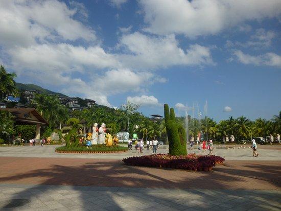 Sanya, China: Интересные зеленые скульптуры при входе в парк Янода