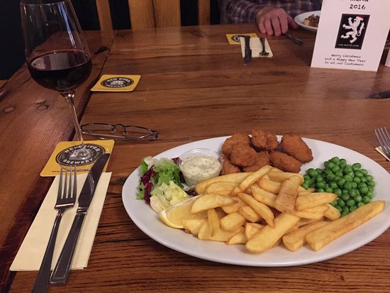 Baldock, UK: Scampi & Chips、7.95ポンド。野菜も摂れて嬉しい。