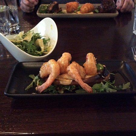 Twizel, Selandia Baru: Chilli prawns with banana, delicious rocket and Parmesan shavings salad