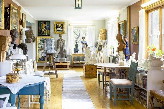 อุปซอลา, สวีเดน: Vardagsrummet är också fyllt av Bror Hjorths egna konstverk